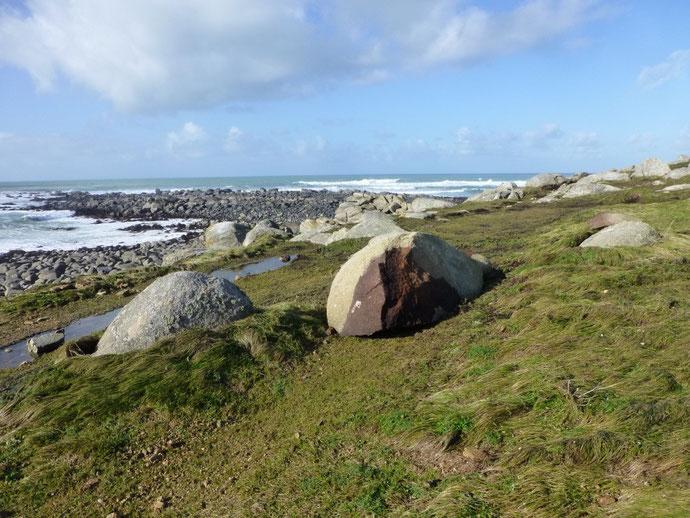 La chaussée d'Audi, le lendemain de la tempête, la mer s'est bien calmée, des rochers énormes ont été déplacés d'autres ont été cassés , la dune détrempée a été lavée par la mer