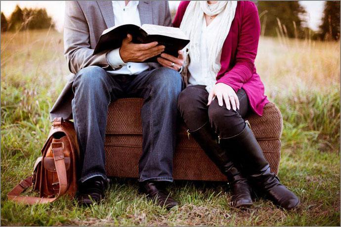 読書する男女