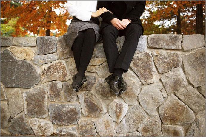 座って寄り添うカップル