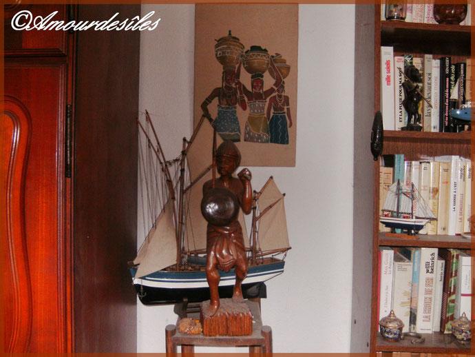 La statue du guerrier Comorien , bateau et tableau au fond