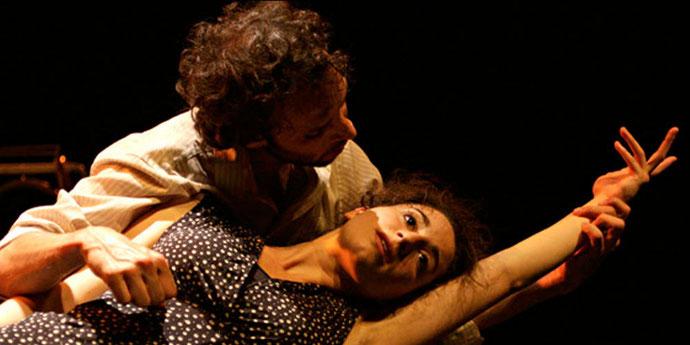 Un acteur de la pièce tenant dans ses bras Josephina