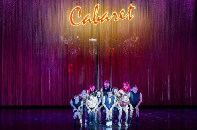 Acteurs de la pièce Cabaret sur scène.