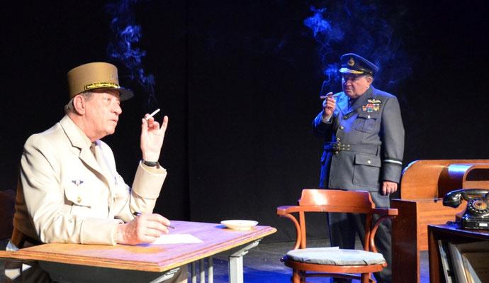 Photo des acteurs jouant De Gaulle et Chruchill sur la scène du théâtre