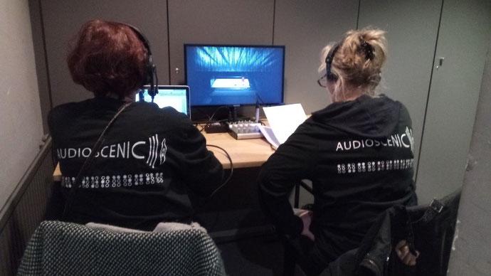 Deux audiodescriptrices assissent à un bureau et lisant des textes