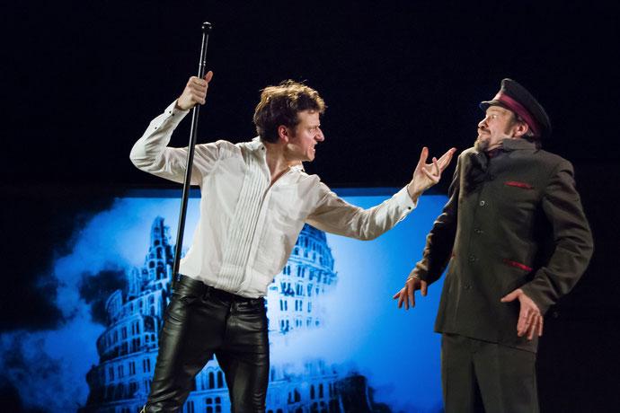 Deux des acteurs de la poèce sur scène lors d'une précédente représentation.