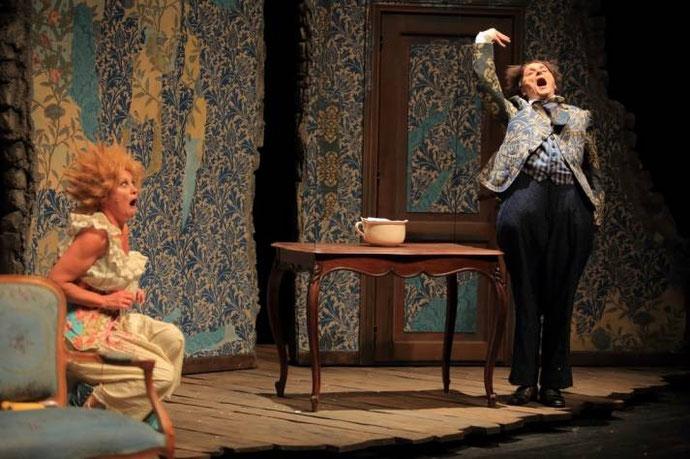 Photo de la pièce avec deux personnages sur scène