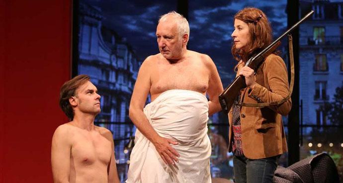 Trois acteurs de la pièce sur scène