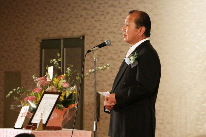 受賞報告会の様子。開会の挨拶  理事長 鳴本浩二