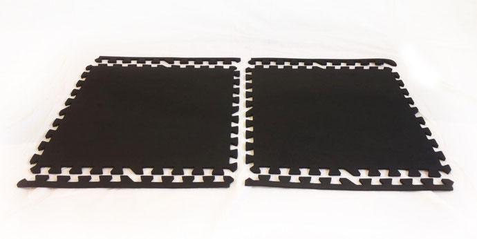 Schwarze Bodenschutzmatte zum Zusammenstecken - abgebildet in 6 Teilen vor weißem Hintergrund