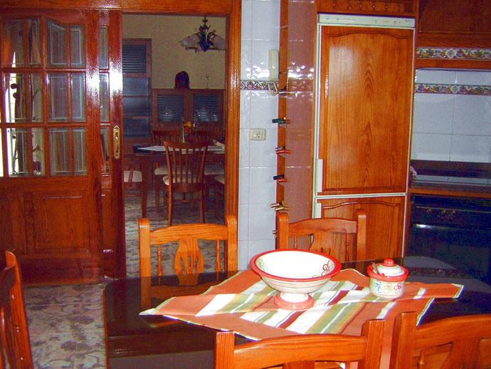 Blick von der Küche ins Wohnzimmer