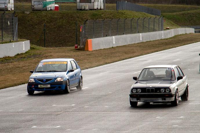 Auf der Geraden im Zweikampf mit einem BMW 3er der E30 Generation bei nassen Bedingungen