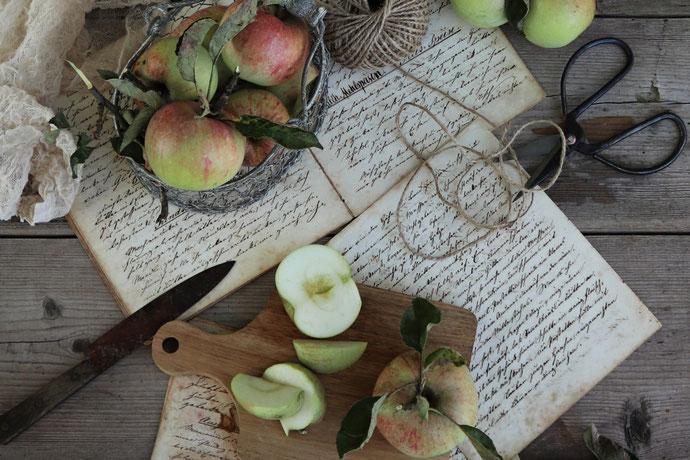 Äpfel mit Zetteln auf dem Tisch