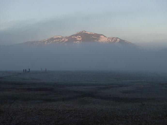 朝の至仏山