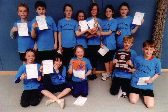Foto: Die Schulmannschaft der Grundschule Breckenheim nach der Siegerehrung des Hallenspielfestes