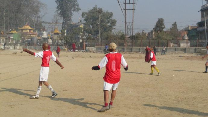 Partie de foot au pied de Swoyambunath