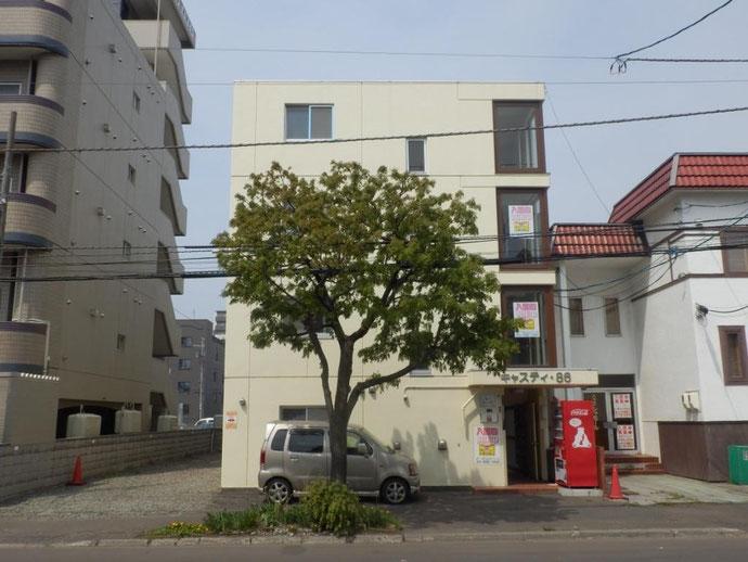 建物の目の前にある樹木とクリームイエローの建物がピッタリと合いますね!