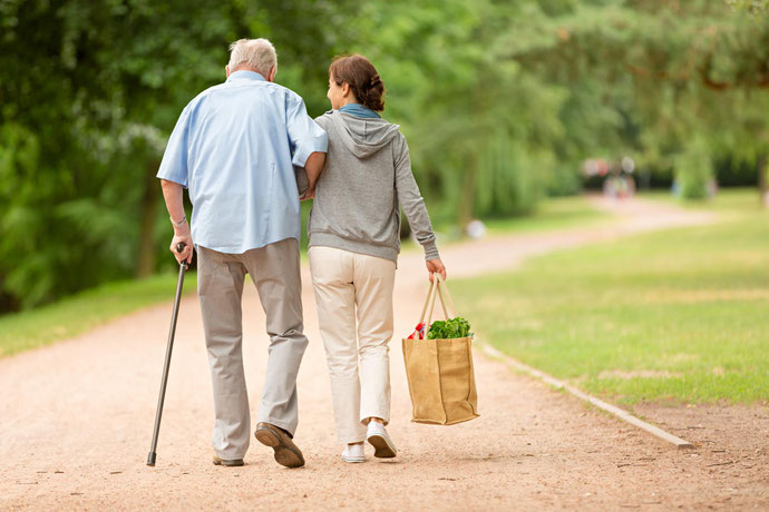 erfahrene osteuropäische, von RAUM Seniorenpflege24 vermittelt, kümmern sich um pflegebedürftige Seniorinnen und Senioren