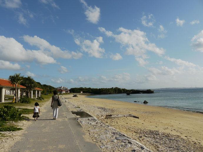 地元の人々御用達の美しいビーチを歩く娘とママ