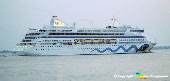 Aida Kreuzfahrtschiff AIDAVita auf der Elbe 2002