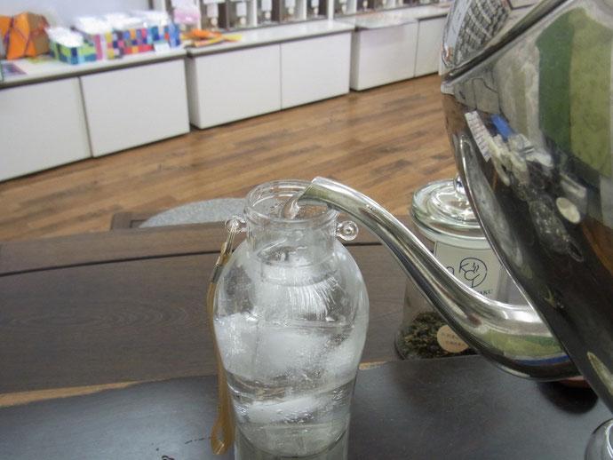 マイボトルに水を入れます。