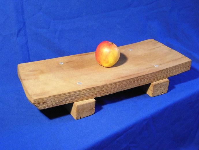 Steinschale. Holzbrett aus Stein. Steingefäß. Versteinertes Holz.