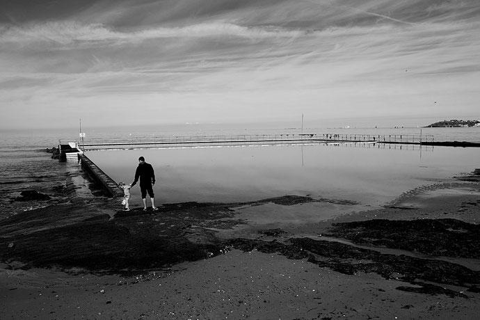Mathieu Guillochon photographe, France, Normandie, Manche Saint-pair-sur-Mer, voyage, mer, rivage, littoral, marée basse, noir et blanc, père, enfant, matin, piscine.