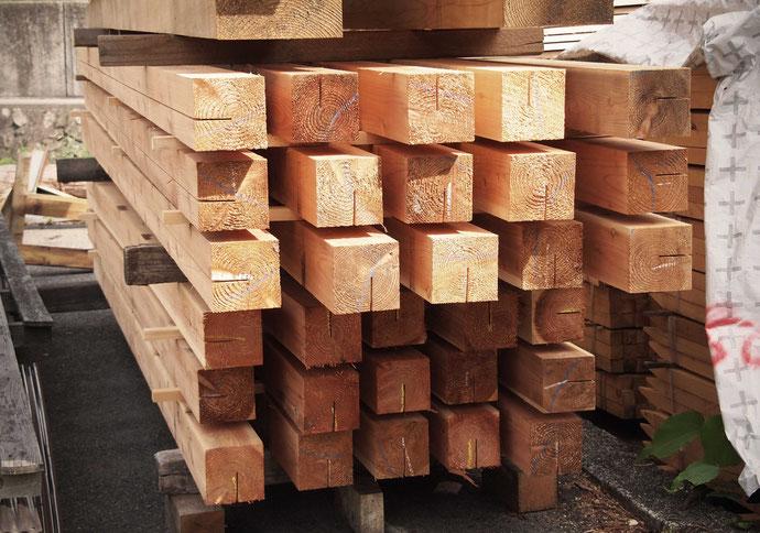 自然乾燥中の木材