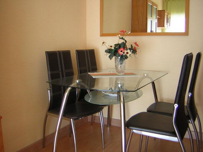 Eleganter Essbereich der Ferienwohnung Carola mit Gemeinschaftspool auf Teneriffa in Los Christianos in einer zentralen Apartmentanlage mit Pool