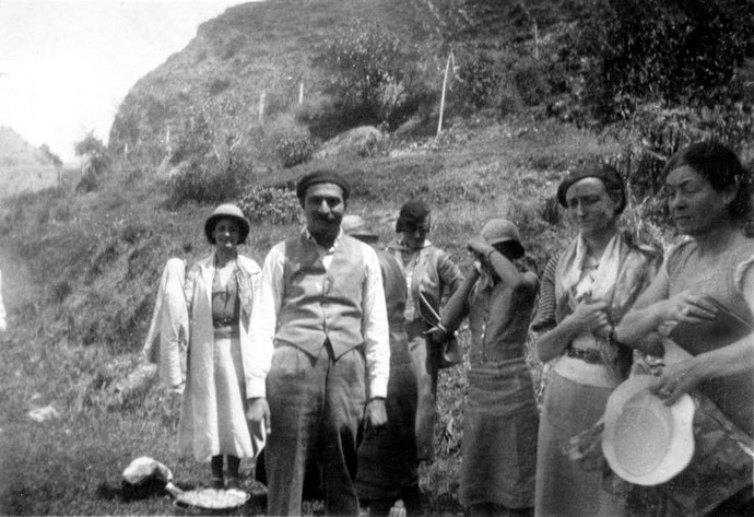 1930s, Northern India ; Mabel on far right next to Margaret Craske. Baba wearing a beret. Courtsey of the MSI Collection