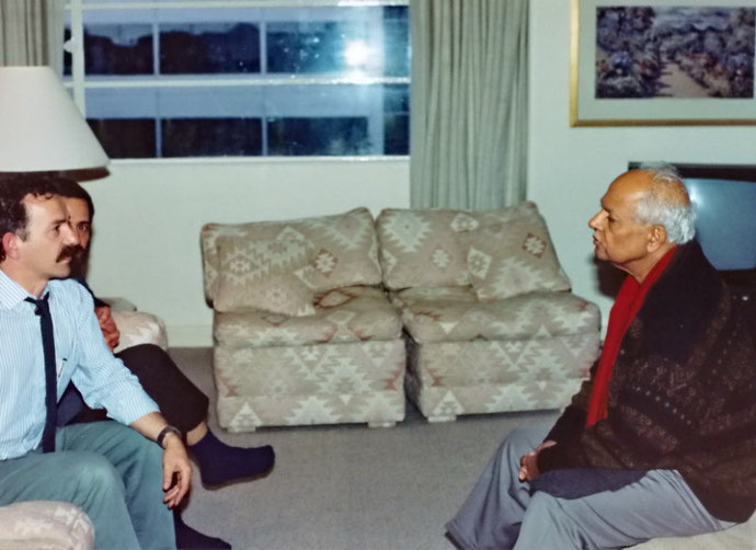 Bhau Kalchuri's 1993 visit to Melbourne ; Tony talking to Bhau, Photo taken by George Fricker