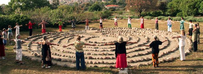 Frauen stehen um das Labyrinth auf Milelja