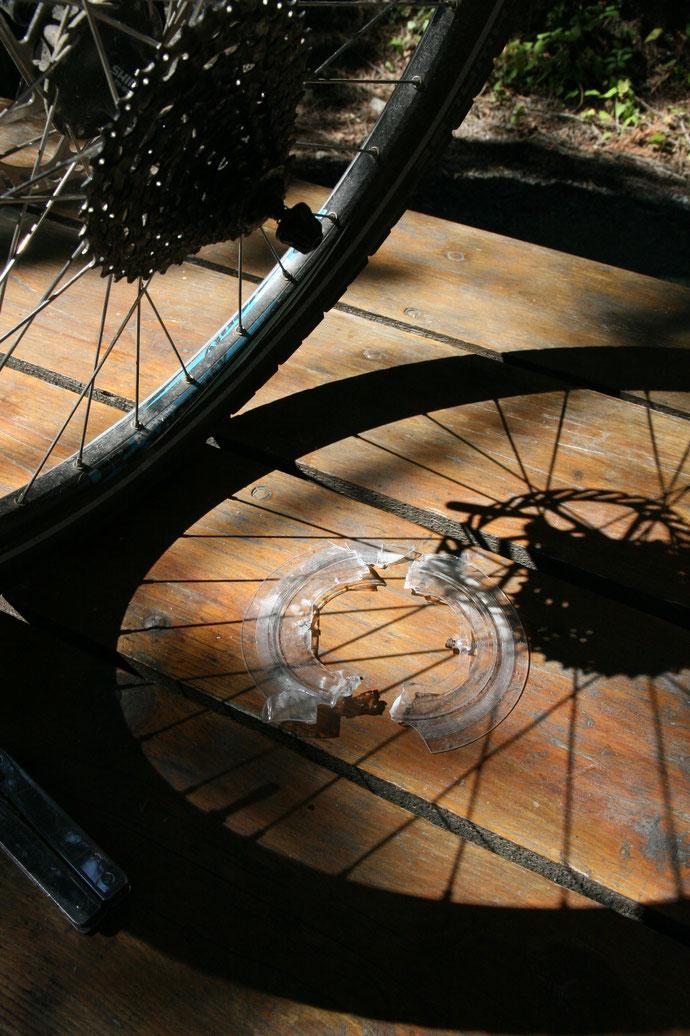 Überreste einer Reparatur. Das Fahrrad rollt wieder.
