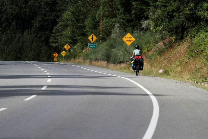 Szenen einer Radreise: Die gesamte Outdoor-Ausrüstung muss mit dem Fahrrad den Berg hinaufgetreten werden.