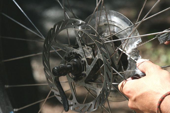 Pannen einer Radreise: Mit dem richtigen Werkzeug im Gepäck kein Problem.