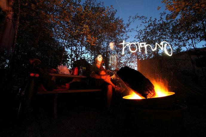 Camping mit Feuerstelle in Tofino. So lässt sich das Outdoor-Leben einer Radreise aushalten.