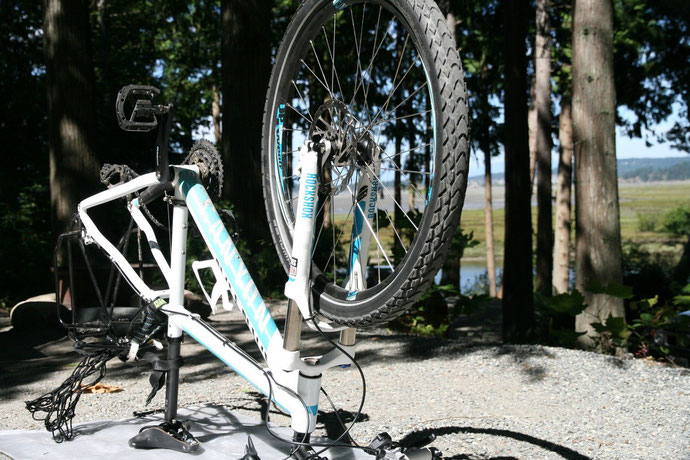 Das Fahrrad steht Kopf: Reparaturstop auf dem Campingplatz.