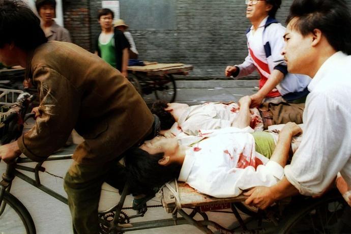 Sårede demonstranter efter militærets angreb ved Tiananmen pladsen den 4. juni 1989