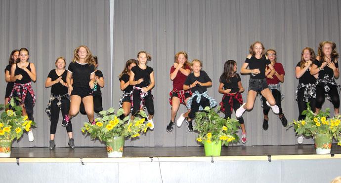 Die Tanz-AG begrüßt ihre neuen Mitschüler.
