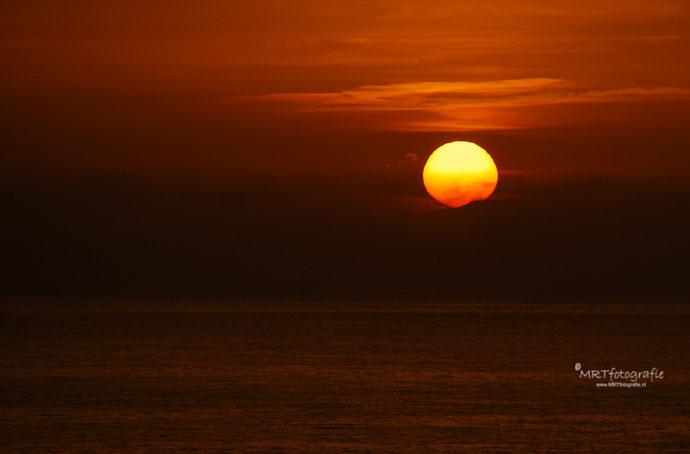 Zonsondergang aan het strand van Bloemendal