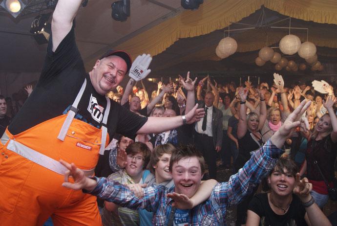 ffn-Morgenmän Franky weiß, wie man so richtig Vollgas gibt. Rund 1 800 Partyfans eroberten am Sonnabend das Festzelt im Bremervörder Schützenpark. Fotos: Monsees