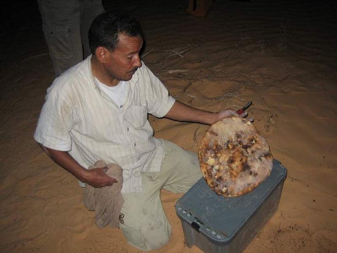 Unser tunesischer Begleiter Hechni backte abends immer Brot im heißen Sand.