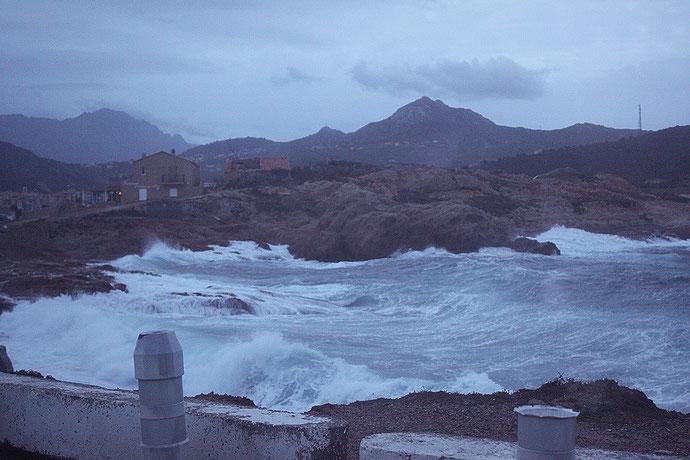 A L'Ile-Rousse les vagues passent au dessus du quai