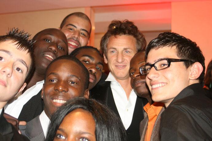 """Sean Penn, entouré des acteurs du film """"Entre les murs"""" - Festival de Cannes 2008 © Anik COUBLE"""