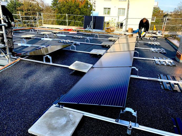 Ausrichten der Unterkonstruktion durch vorübergehende Montage erster Solarzellen