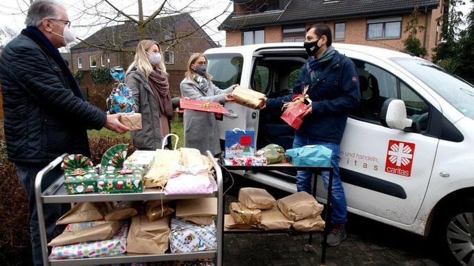 Verladung der von den Kitakindern gespendeten Spielsachen. Mit dabei waren (von links) Helmut Buschmeyer, Nicole Rieger und Sandra Kundt (Kita) sowie Caritas-Fahrer Mohammad Brin.