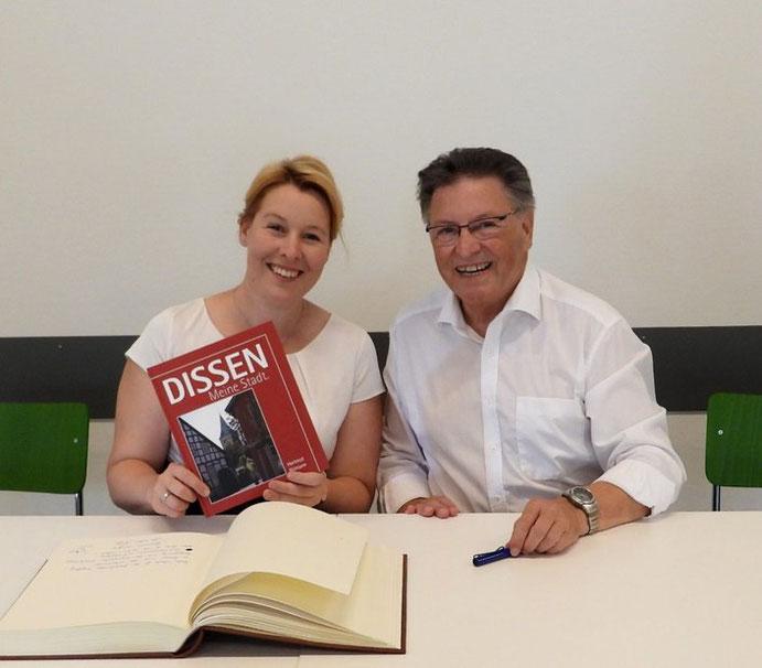 Geschenk: Hartmut Nümann überreichte der Ministerin Franziska Giffey ein Buch über seine Heimat Dissen, das er von einigen Jahren geschrieben hat.