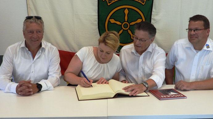 Eintrag ins Goldene Buch: Rainer Spiering, Franziska Giffey, Hartmut Nümann und Derk van Berkum (von links).