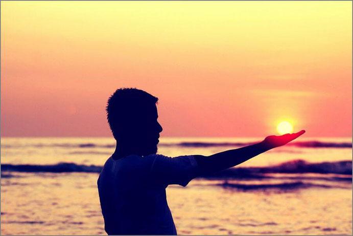 夕陽と男性