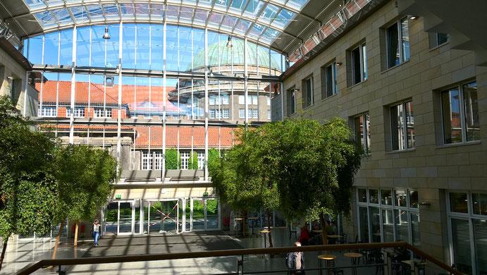 AAI内側。ガラス張りの建物で正面にはHauptgebäude(中央棟)が見えています。