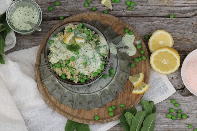 Quinoa Erbsensalat mit Minzdressing in einer Schale